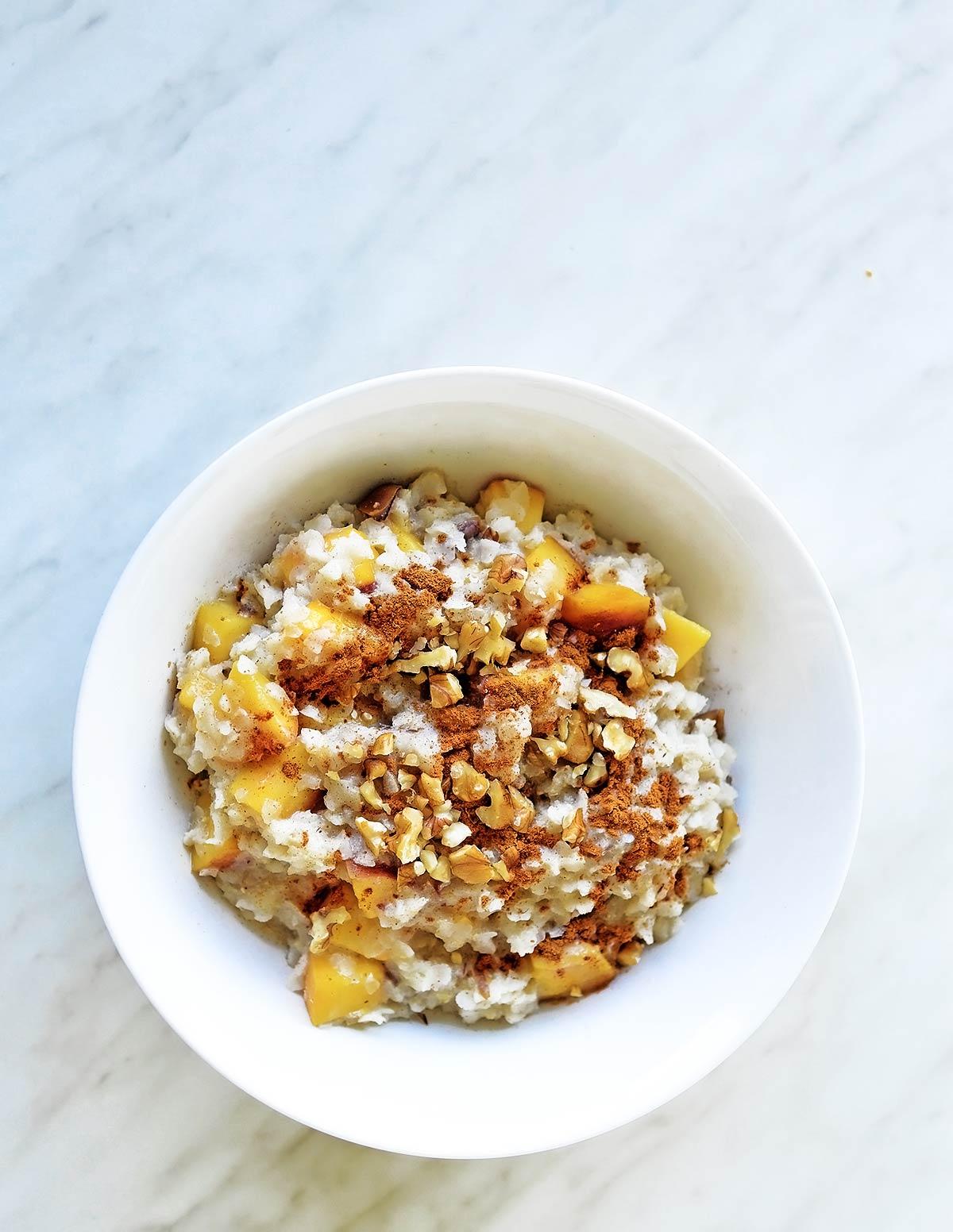 Bol de porridge con fruta y nueces