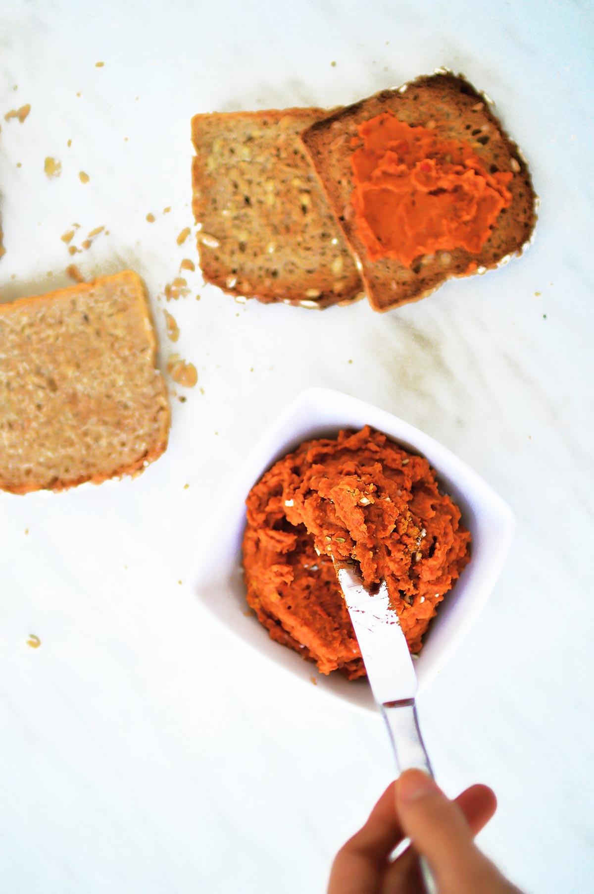 Hummus de pimientos rojos asados untado en pan