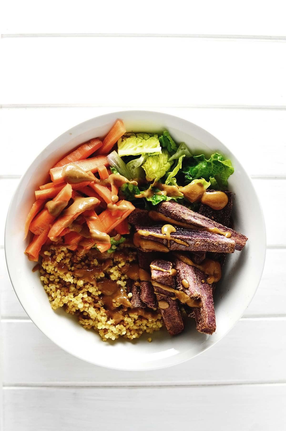 bol con boniatos, quinoa y lechuga