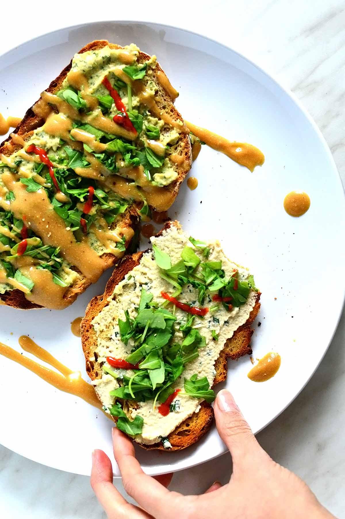Pan tostado con hummus y rúcula