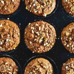 muffins de boniato y nueces en bandeja para horno