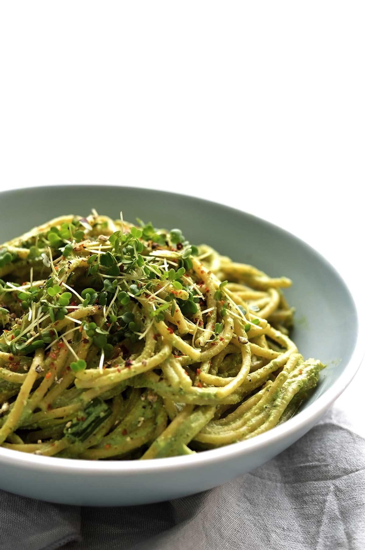 plato de pasta con pesto de semillas de cáñamo