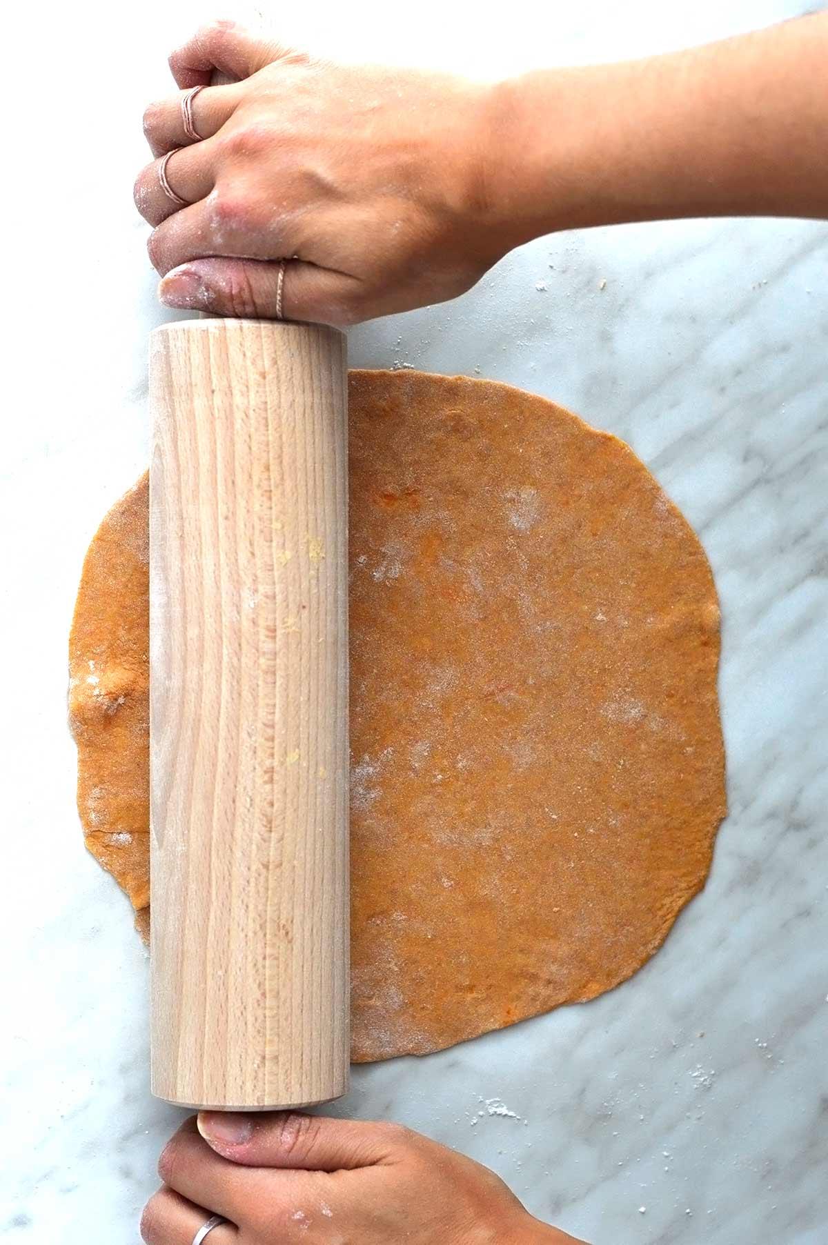 amasando la masa de tortillas de boniato con un rodillo
