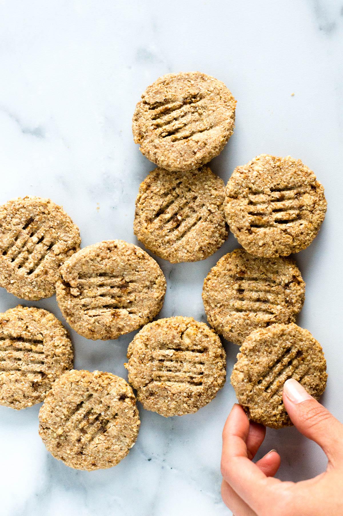 galletas de chufa en una mesa de mármol