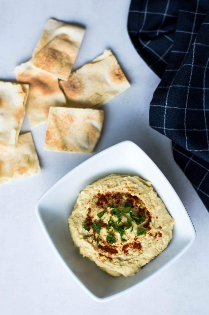 bol de hummus y pan árabe