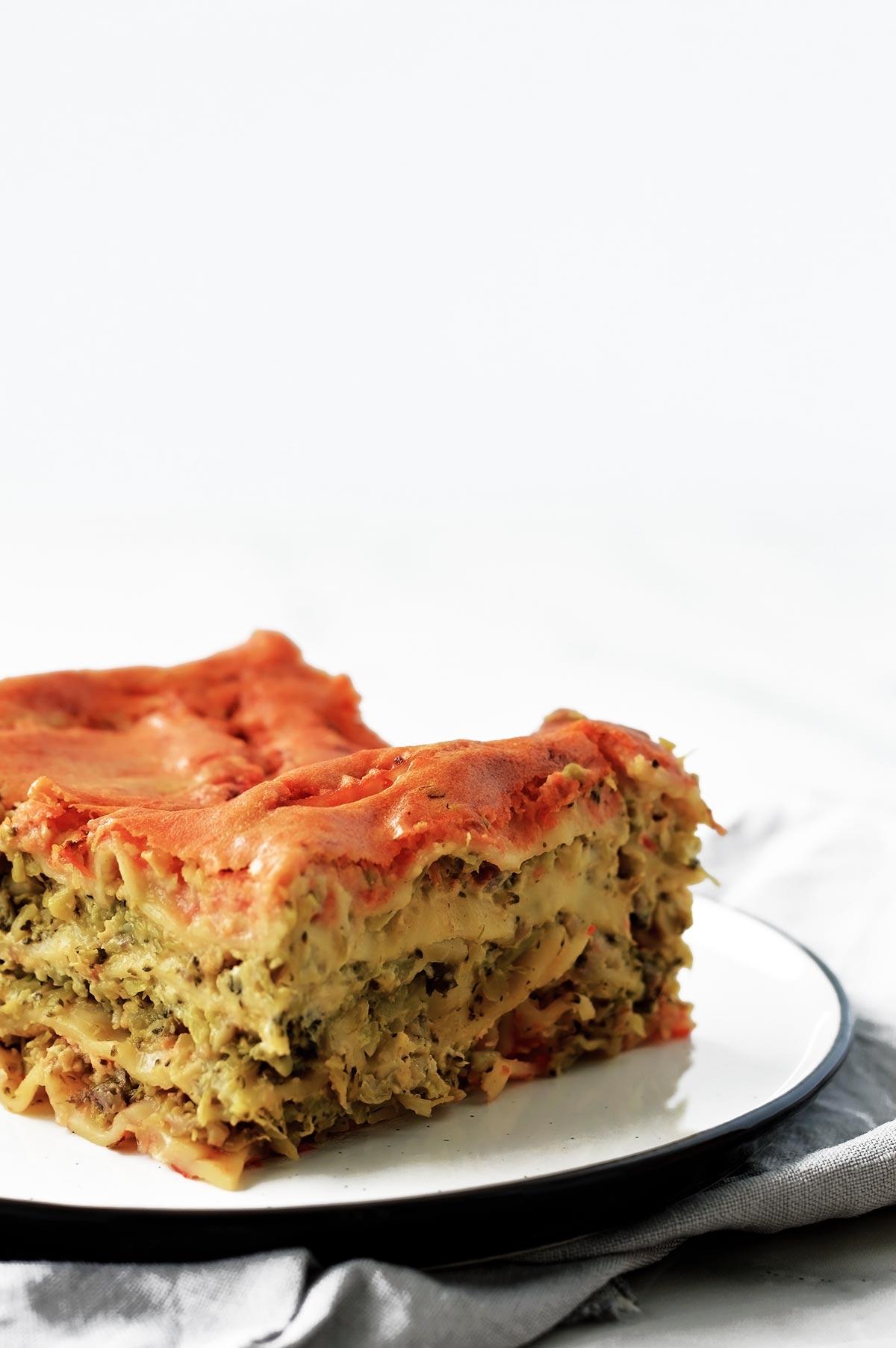 porción de lasaña vegana servida en un plato blanco