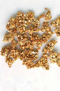 granola sin aceite extendida en la mesa