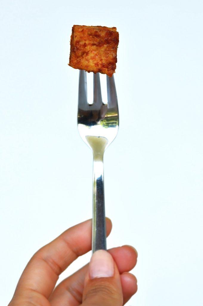 tofu frito sin aceite pinchado en un tenedor