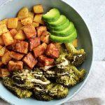tofu frito sin aceite con patatas, brócoli y aguacate en un plato gris