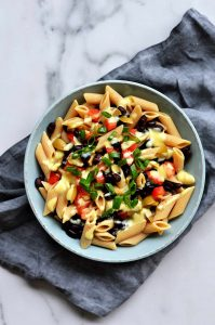 Ensalada de pasta vegana en un plato azul