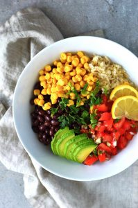 Burrito bowl vegano en un plato blanco