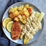 salsa holandesa vegana sin aceite con patatas, espárragos y un filete de quorn