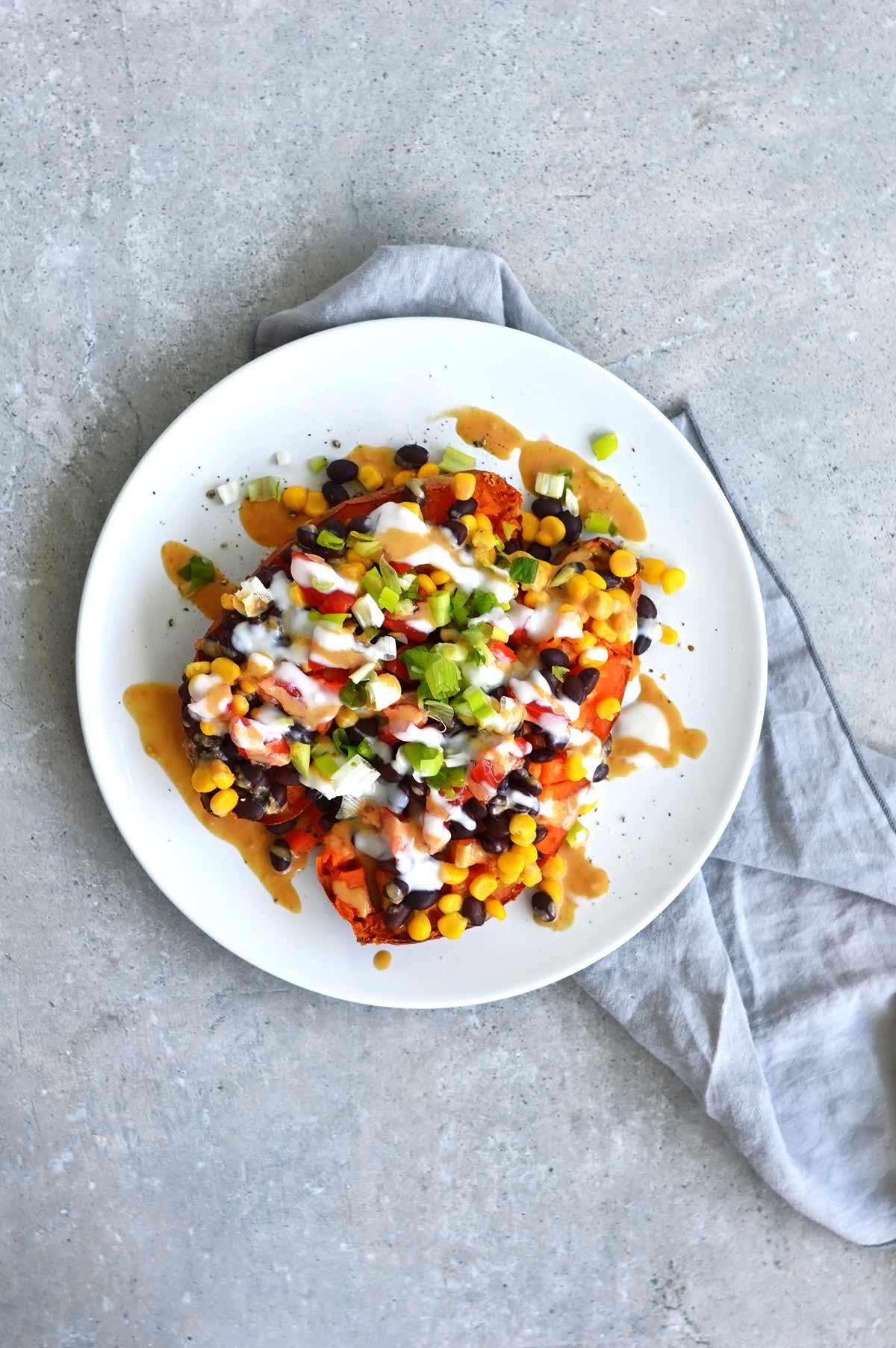 boniatos rellenos veganos en un plato blanco