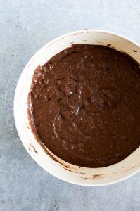 pancakes de chocolate veganos con mantequilla en un bol