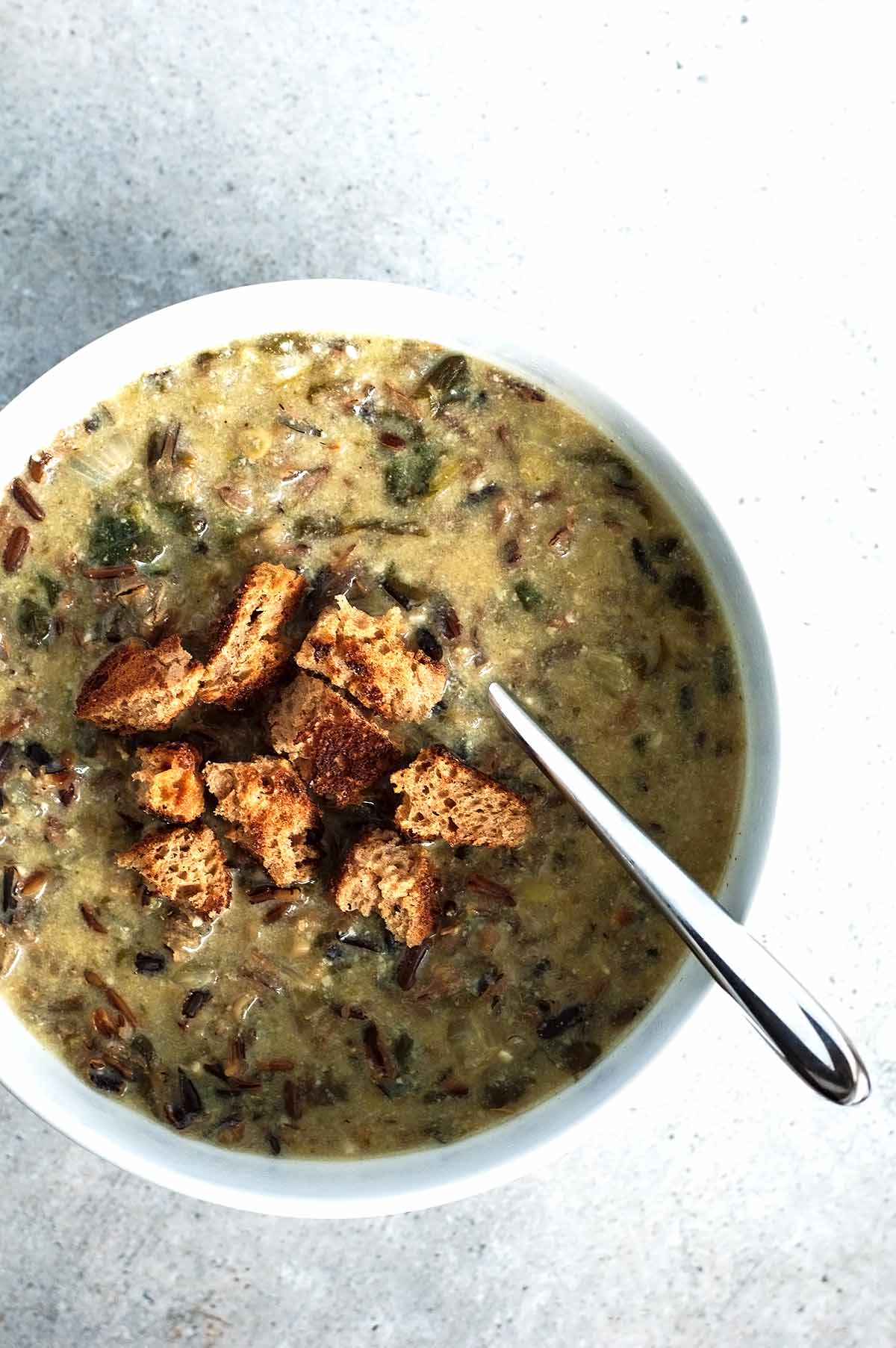 sopa de arroz salvaje instant pot en un bol blanco