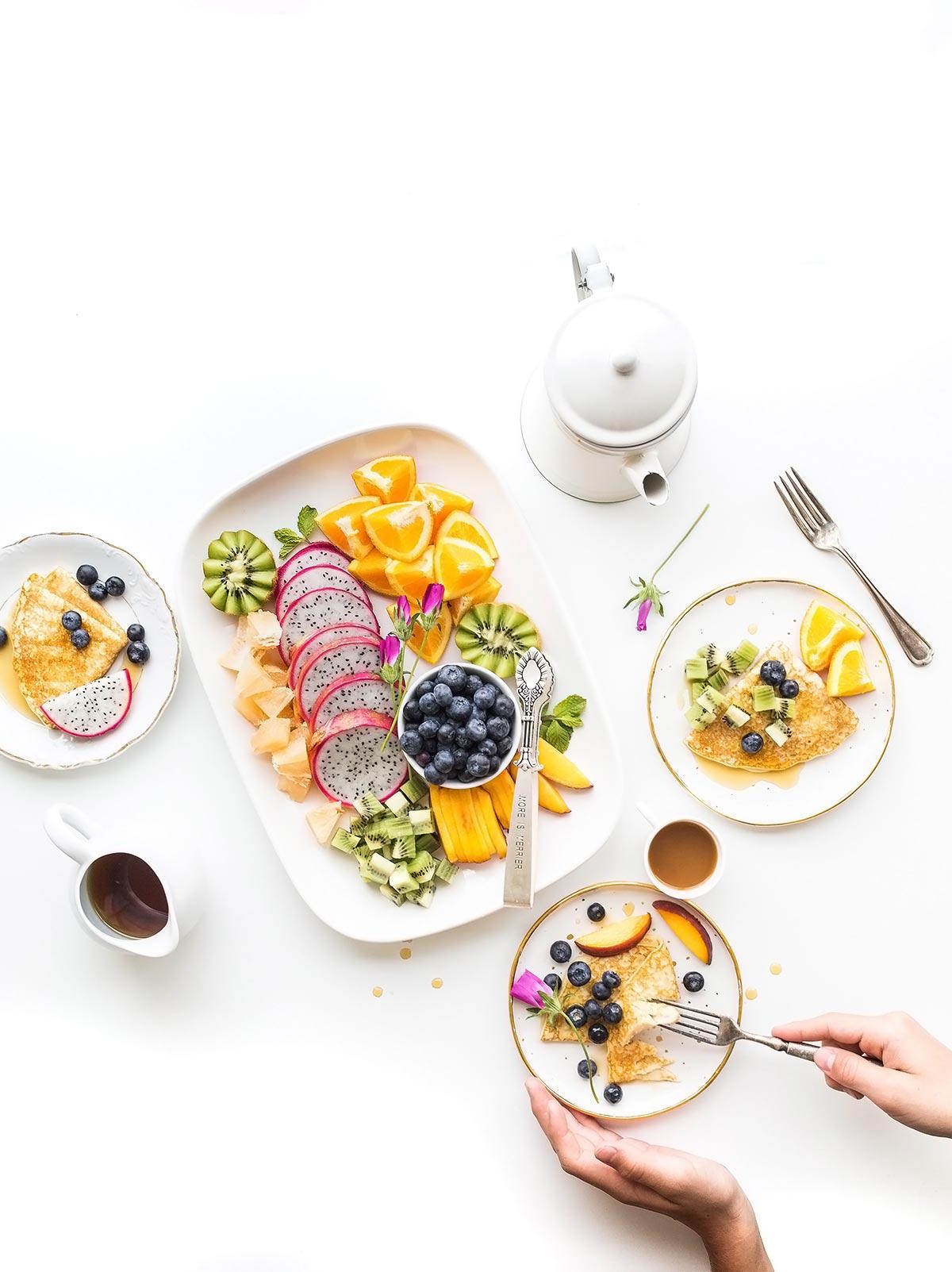 desayuno de crepes con fruta