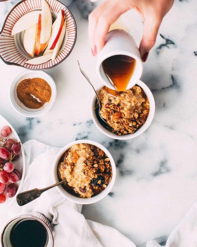 desayuno de porridge con fruta